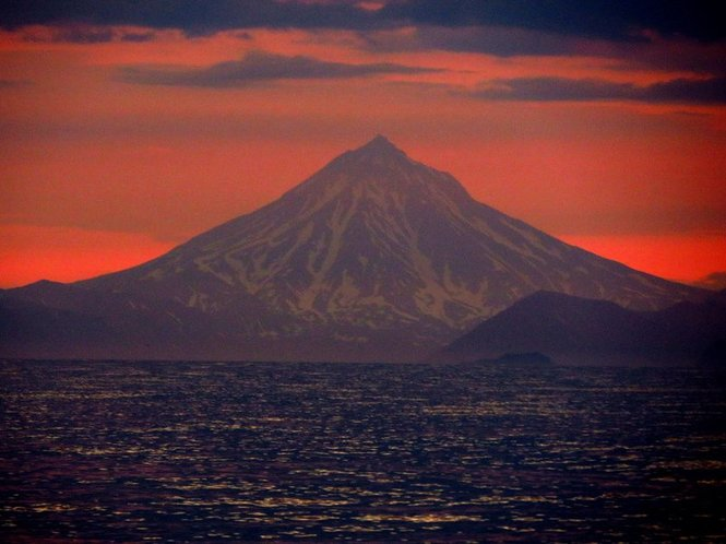Vilyuchinsky volcano [Вулкан Вилючинский], sailing back from Bering Island [острова Беринга] (Russian Aleutian Islands) to the capital of Kamchatka [Камчатки], thanks to Kosatka Cruises